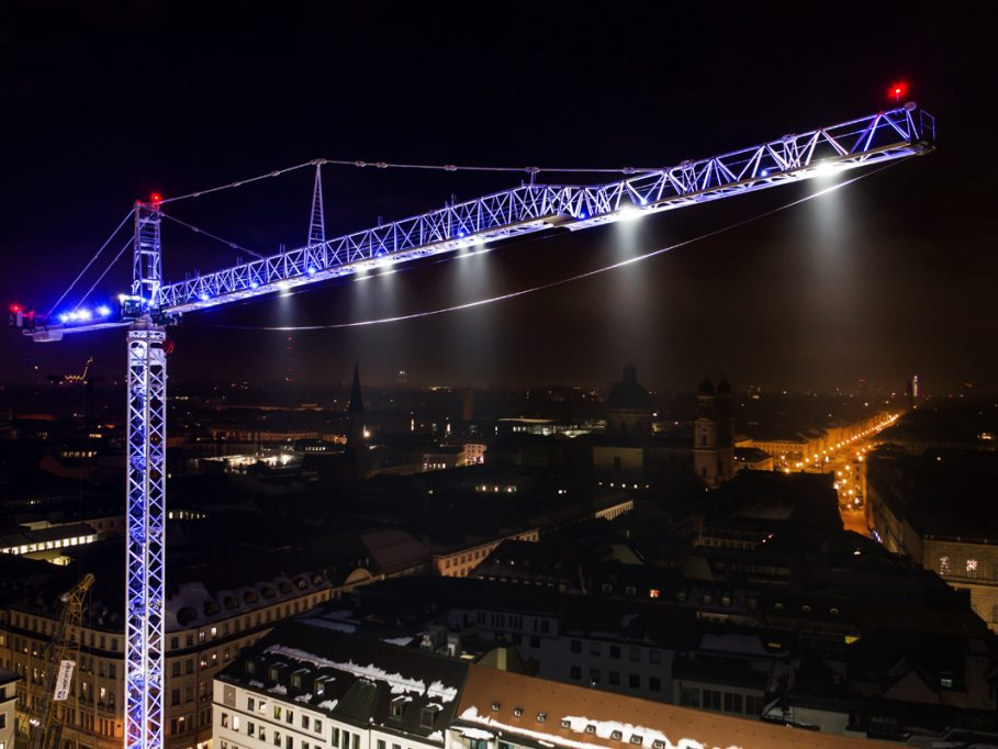 Ein weißer WT 1000 e.tronic auf der Baustelle Marienhof in München, die per Baustellenwebcam beobachtet werden kann.