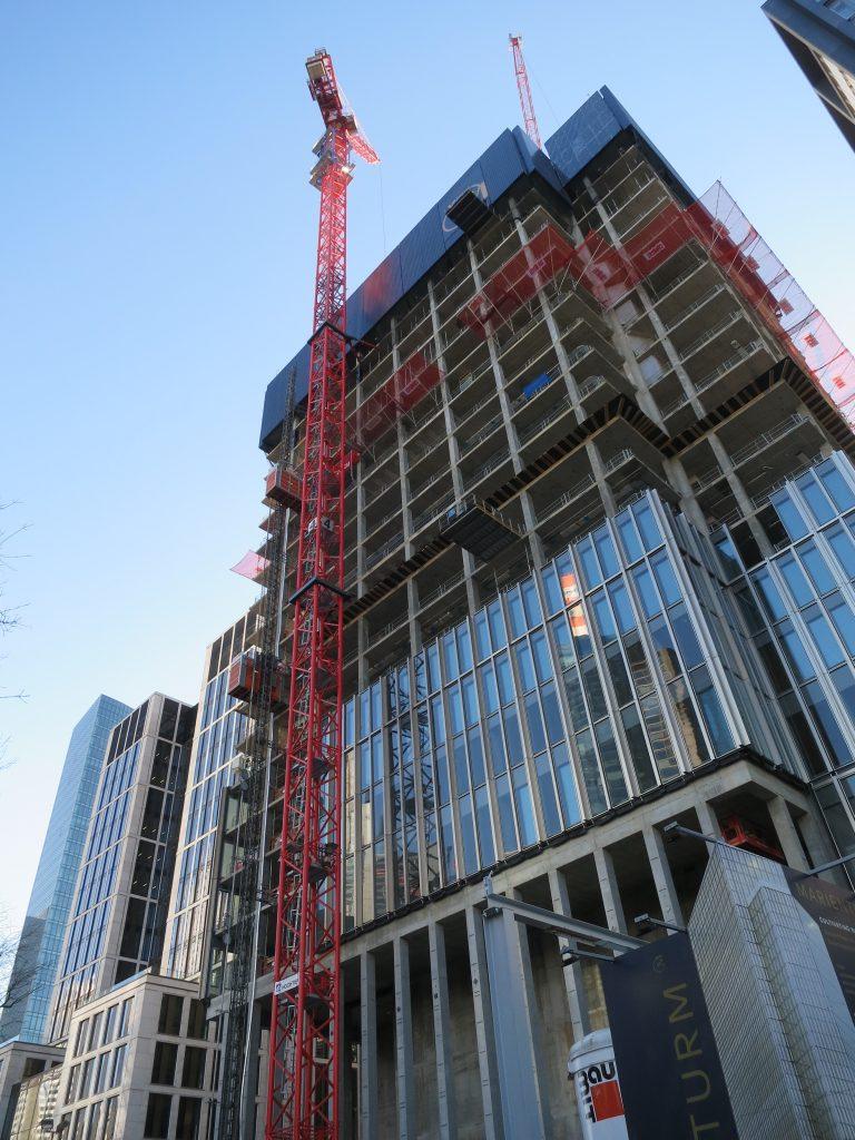 Foto von den ersten Stockwerken des Marienturms in Frankfurt mit zwei WT 335L e.tronic aus unserem Mietpark