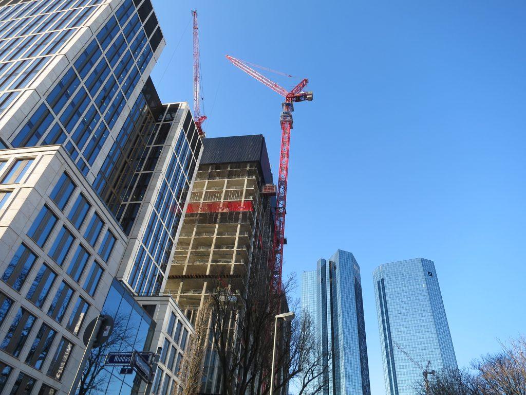 Foto vom Marienturm mit den Zwillingstürmen der Deutschen Bank im Hintergrund