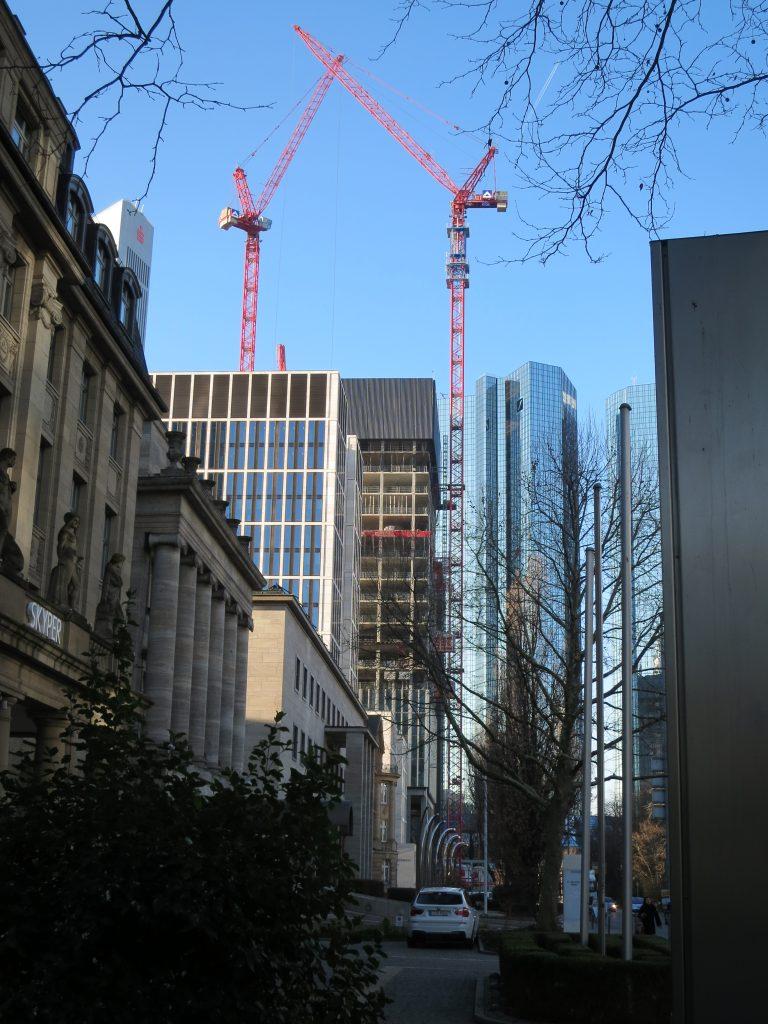 Foto von unseren WT 335L e.tronic am Marienturm und benachbarten Gebäuden in Frankfurt
