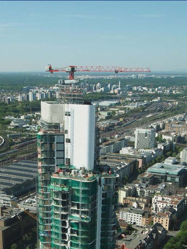 Spezialkran für die Fassade montiert auf dem Dach des Grand Towers
