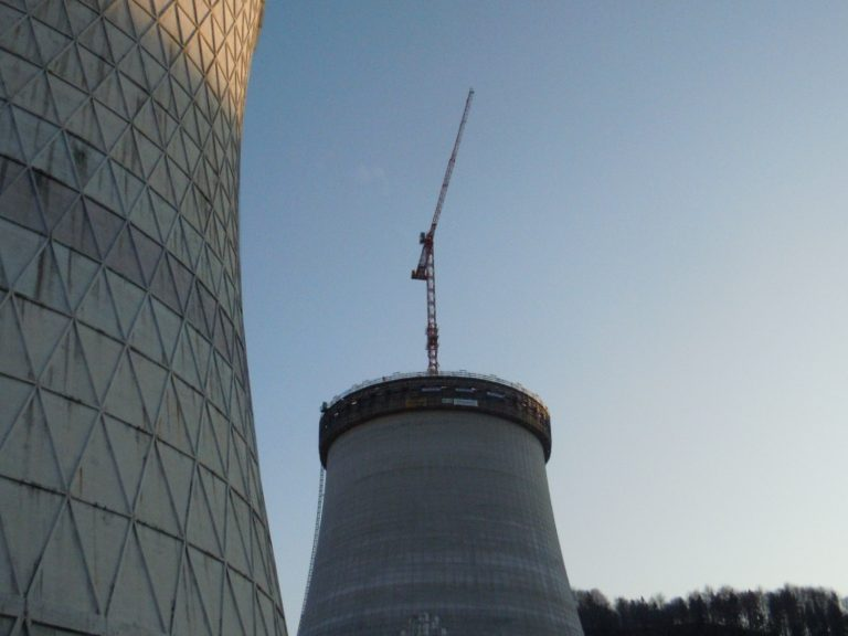 Foto vom neuen Kühlturm in Sostanj mit dem benachbarten Kühlturm und unserem WT 300 e.tronic