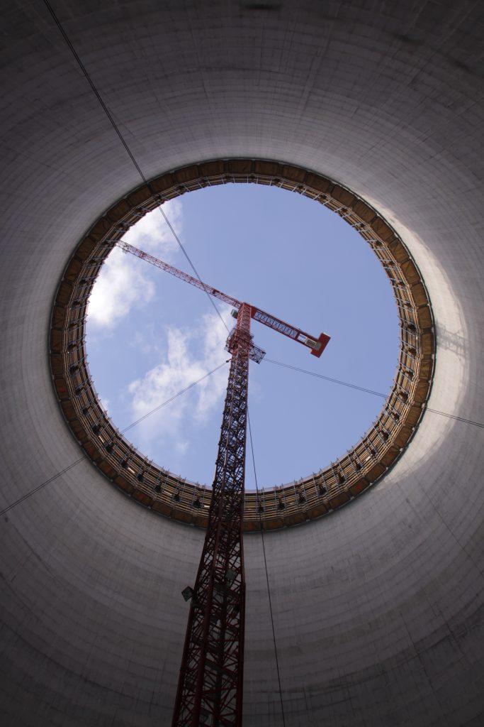 Foto von unserem WT 300 e.tronic in Spezialausführung Kim Kühlturm von Sostanj mit sichtbaren Abspannungen