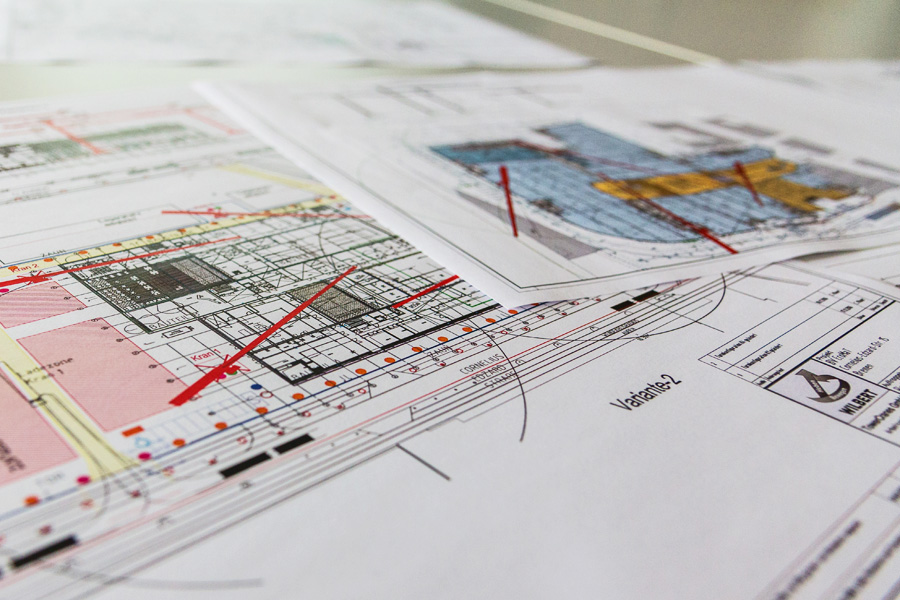 Foto von Plänen und Grafiken, die wir zur Planung von Kranprojekten nutzen