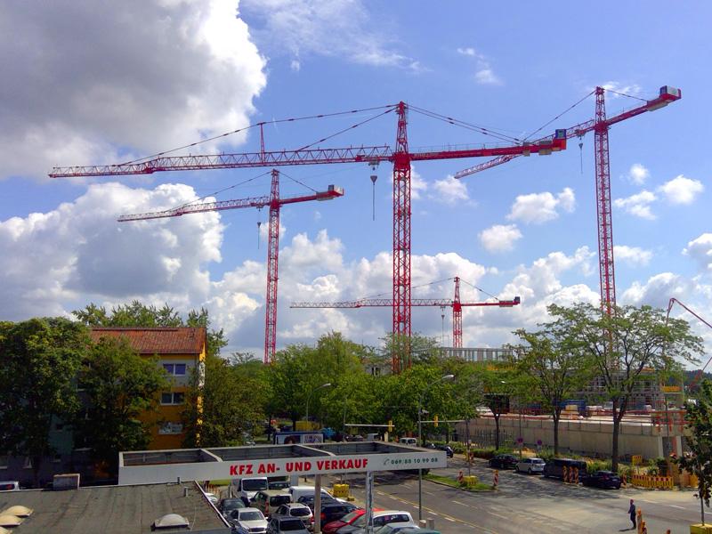 Four WT 650 e.tronic trolley cranes against a blue sky