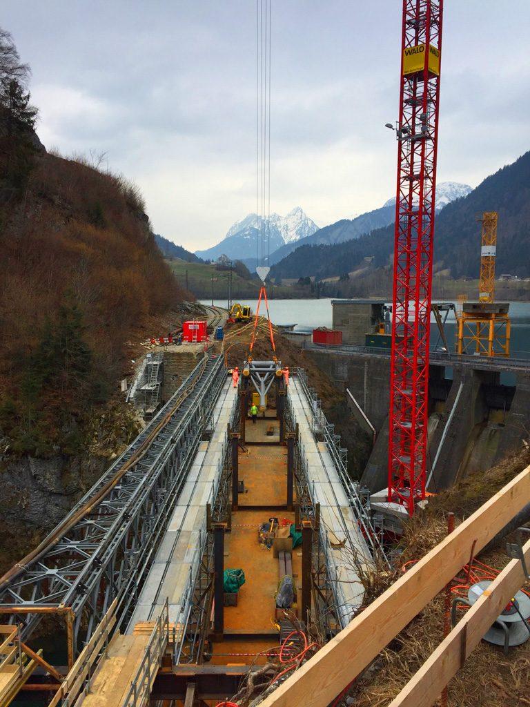Foto von der Positionierung der ersten neuen Brückelemente
