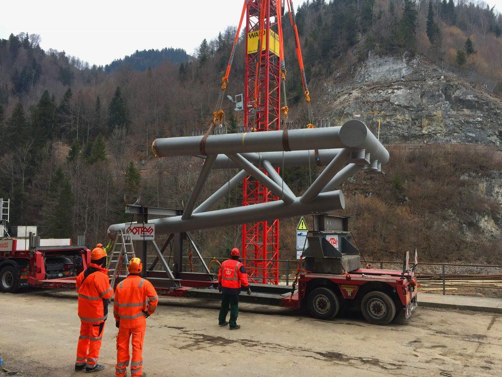 Foto vom Antransport eines neuen Brückenelements