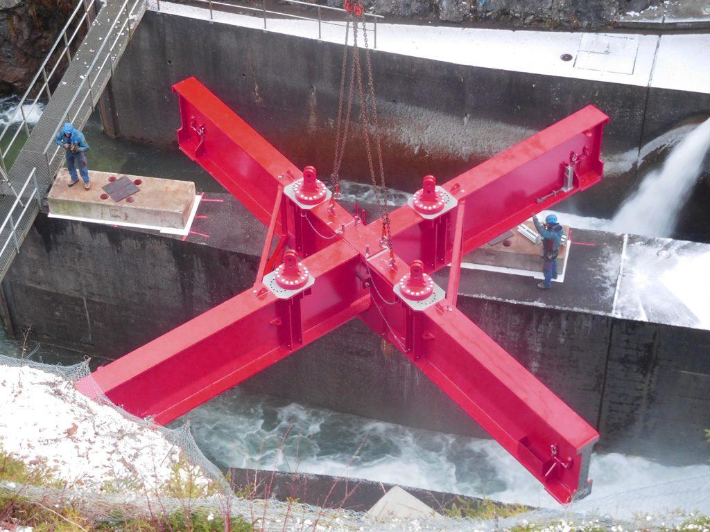 Foto von der Platzierung des Kreuzrahmens auf den Ausläufern des Staudamms