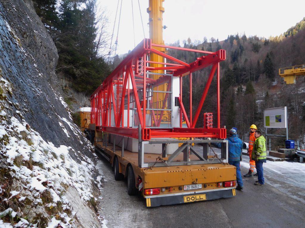 Foto vom Transport eines Turmelements auf der engen Passstraße