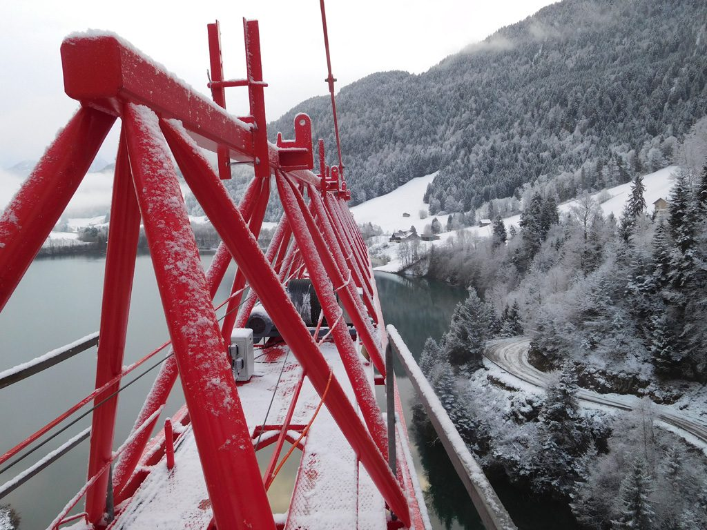 Picture of the snow-covered jib of the WT 650 e.tronic and the barrier lake